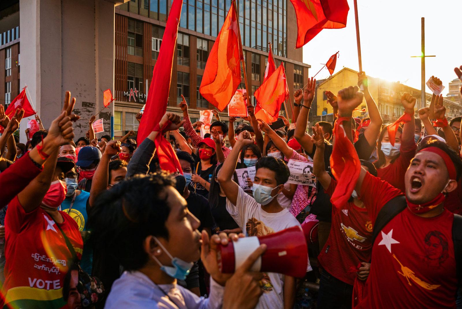 Människor som protesterar på gatorna i Rangoon